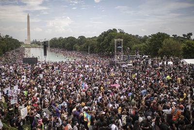 Miles protestan en Washington contra el racismo en EE.UU.