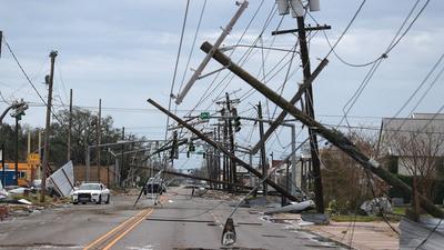 15 muertos y miles de personas sin electricidad en Estados Unidos tras paso del huracán Laura