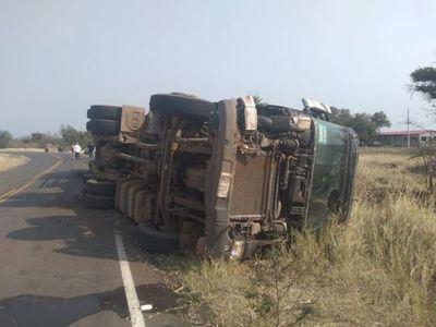 Camionero fallece al volcar rodado en Paraguarí