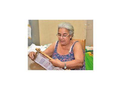 A los 66  y tras las rejas, mujer aprende  a leer y escribir