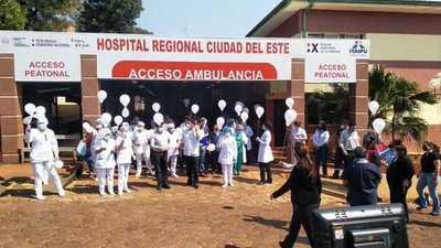 Con globos blancos rinden homenaje a médicos caídos