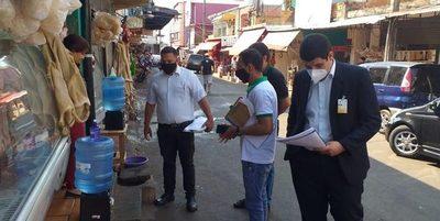 Notifican a comerciantes del Mercado de Abasto por arrojar desechos en la calle