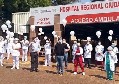 Con globos blancos, rindieron un emotivo homenaje a médicos fallecidos a causa del coronavirus