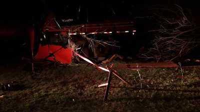 Conductor de camión de gran porte fallece al chocar por un árbol