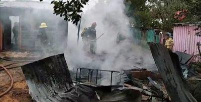 Incendio consume totalmente una vivienda de Coronel Oviedo