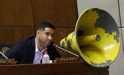 Jorge Brítez utiliza megáfono para pedir respuesta sería del Gobierno