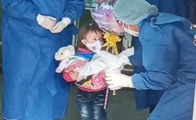 Niñas reciben el alta y abandonan hospitales tras vencer al covid-19