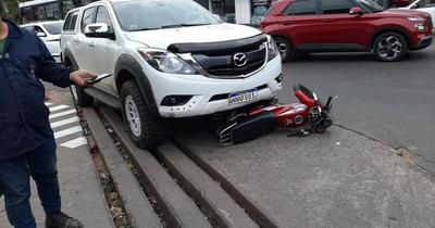 Conductor atropella a asaltantes que escapaban en moto
