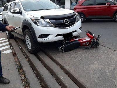 Conductor es testigo de asalto y luego decide atropellar a presuntos motochorros