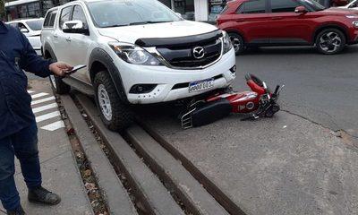 Conductor vio el robo y atropelló a los motoasaltantes