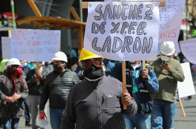 A golpe de tubo, instaladores de gas defienden miles de empleos en Bolivia