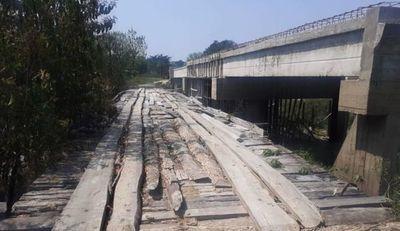 Construcción de puente está parada hace un año