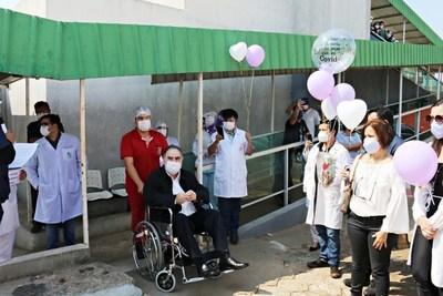 Emotivo homenaje a médico recuperado de Covid en CDE •