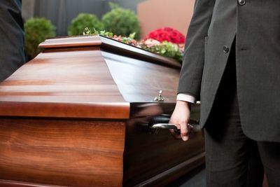 Clausuran funeraria que había retenido un cadáver por supuesta deuda