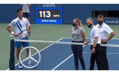 US Open: Descalifican a Novak Djokovic por un pelotazo a la juez de línea