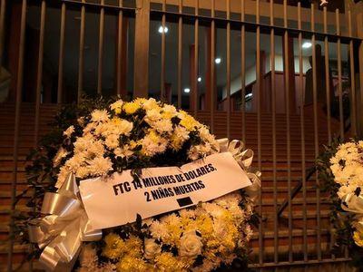 """También aparecen coronas de flores para los """"vándalos de la Patria"""" frente a ANR"""