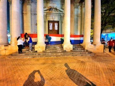 Se unieron para limpiar el Panteón pintado en protesta