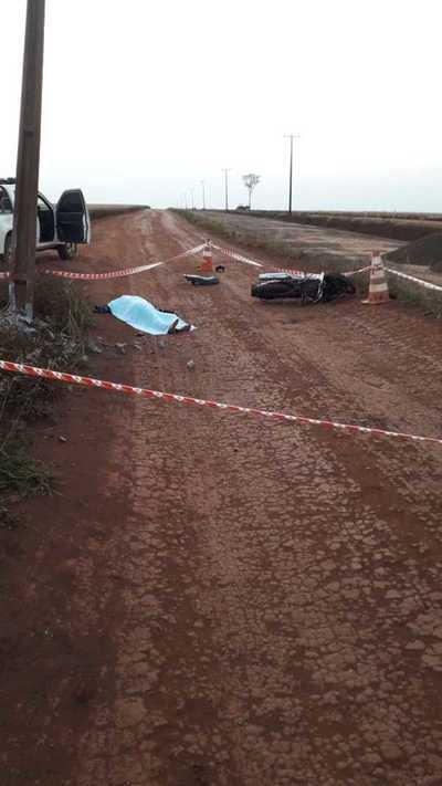 """Motociclista colisiona violentamente contra columna de la ANDE y """"pierde la cabeza"""""""