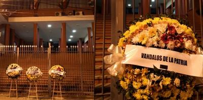 """También aparecieron coronas de flores para los """"vándalos de la Patria"""" frente a ANR"""
