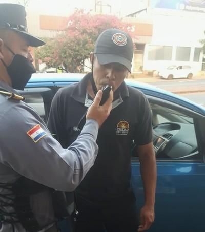 "Hurrero de PRIETO con uniforme de ""ZORRO"" es sorprendido manejando BORRACHO"