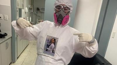 Terapista colocó su foto por su traje de bioseguridad para no asustar a los pacientes
