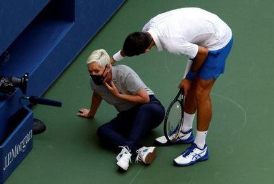 Djokovic descalificado por dar un pelotazo a una jueza de línea