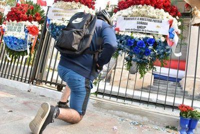 Ciudadanos llenan de coronas de flores al Panteón de los Héroes tras actos vandálicos
