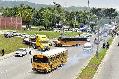 Transportistas hondureños bloquean calles para exigir ayuda estatal y trabajo