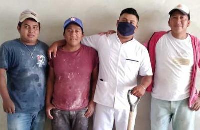 'No me olvido de donde salí': albañil se titula como enfermero y celebra con sus compañeros de obra