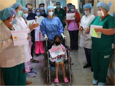 Conmovedor gesto de médicos: Se colocan  trajes frente a  niños