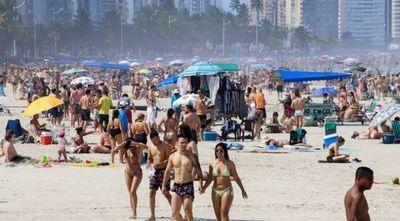 Brasil registra 447 muertes por COVID-19 en una jornada de playas abarrotadas