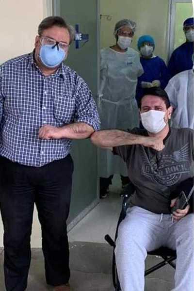 Emotiva alta médica del neumólogo Carlos Pallarolas tras vencer al covid
