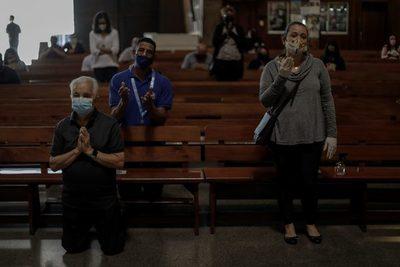 Técnicos del Gobierno piden que Bolsonaro vete perdón tributario a iglesias