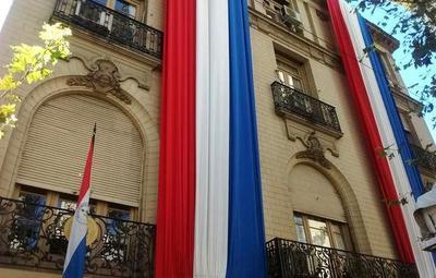 Manifestantes causan destrozos en la embajada paraguaya en Buenos Aires