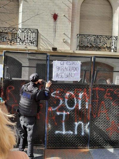 Atacan embajada paraguaya en Argentina por la muerte de niñas en campo del EPP