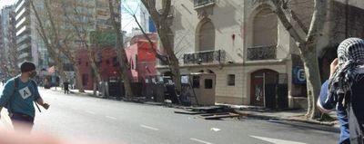 Daños en Embajada de Paraguay en Argentina en manifestación por niñas muertas