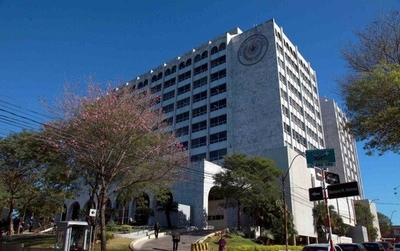 HOY / Funcionarios piden suspender actividades judiciales y desinfectar edificios ante brote de COVID-19