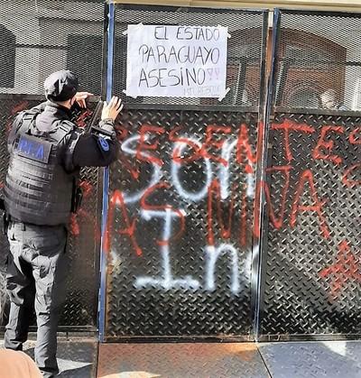 Muerte de niñas a manos del EPP genera protesta violenta contra embajada en Argentina