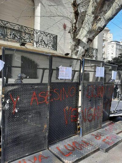 En vez de dar explicaciones, Paraguay se victimiza por protestas ante embajada en Argentina