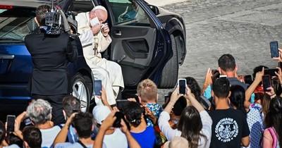 La Nación / El papa Francisco visto por primera vez con mascarilla