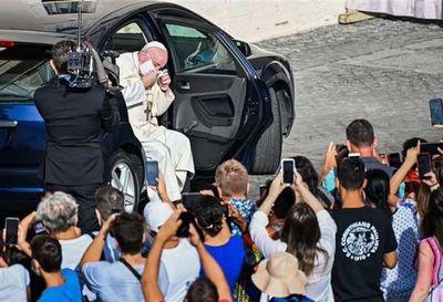 El papa Francisco visto por primera vez con mascarilla