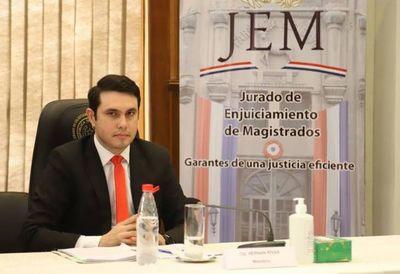 Tras denuncias, MEC avala título de abogado del diputado Hernán Rivas