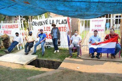 Concejales se encadenan y exigen imputación de intendente de Independencia
