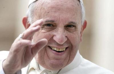 Papa Francisco es visto por primera vez con mascarilla en público