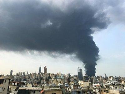 Feroz incendio en el puerto de Beirut, semanas después de la devastadora explosión