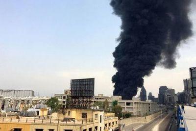 Pesadilla sin fin: un incendio estalló en el puerto de Beirut un mes después de la explosión que mató a casi 200 personas
