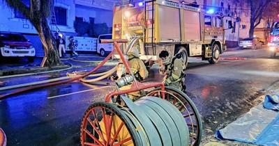 La Nación / Bomberos controlan incendio en sede del Ministerio de Urbanismo