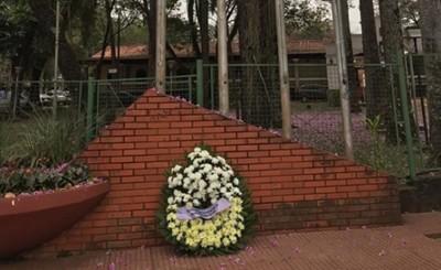 Corona de flores ante palabras muertas de la comisión Aniversario CDE