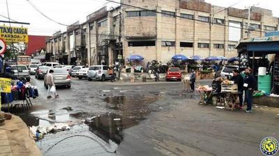 Essap soluciona pérdida de agua que inundaba Mercado de Luque •