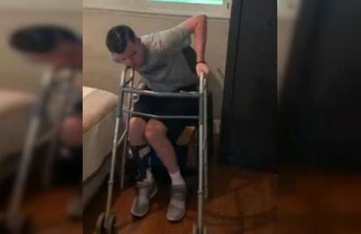 El emocionante momento en que un hombre tetrapléjico logra ponerse de pie tras 1.220 días intentándolo